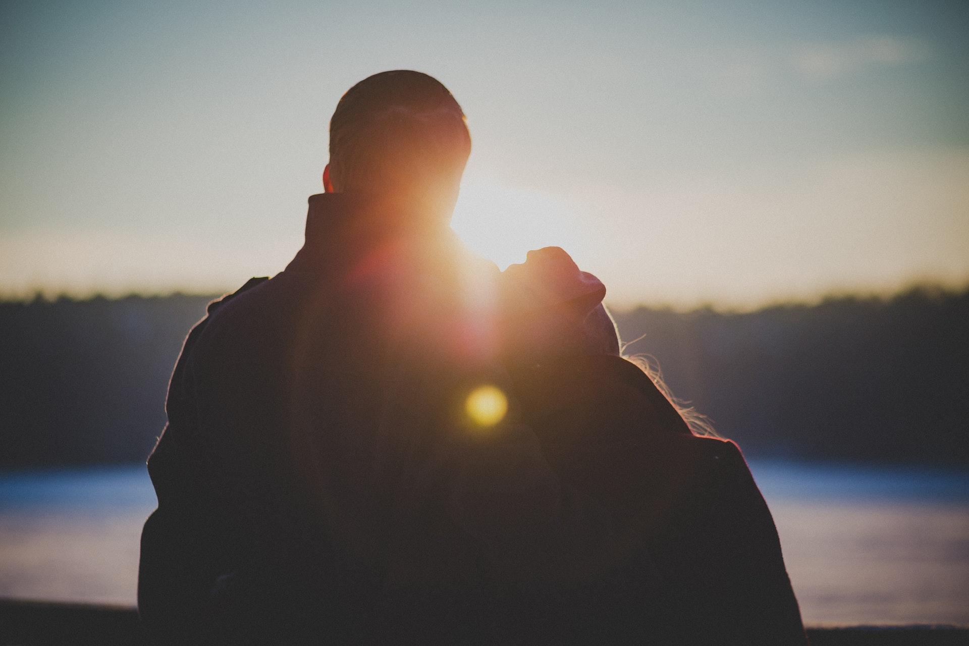 U mężczyzn o naturalnie niskim poziomie oksytocyny istnieje mniejsze prawdopodobieństwo, że zdecydują się na ślub (fot. pexels.com)