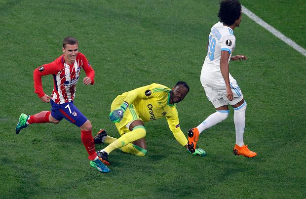 Atletico 's Antoine Griezmann, left, runs as Marseille's goalkeeper Steve Mandanda, center, looks on after Griezmann scored his side opening goal during the Europa League Final soccer match between Marseille and Atletico Madrid at the Stade de Lyon outside Lyon, France, Wednesday, May 16, 2018. (AP Photo/Christophe Ena) SLOWA KLUCZOWE: XEUROPALEAGUEX