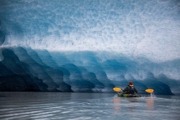 Pływanie kajakiem po lodowcu na Alasce