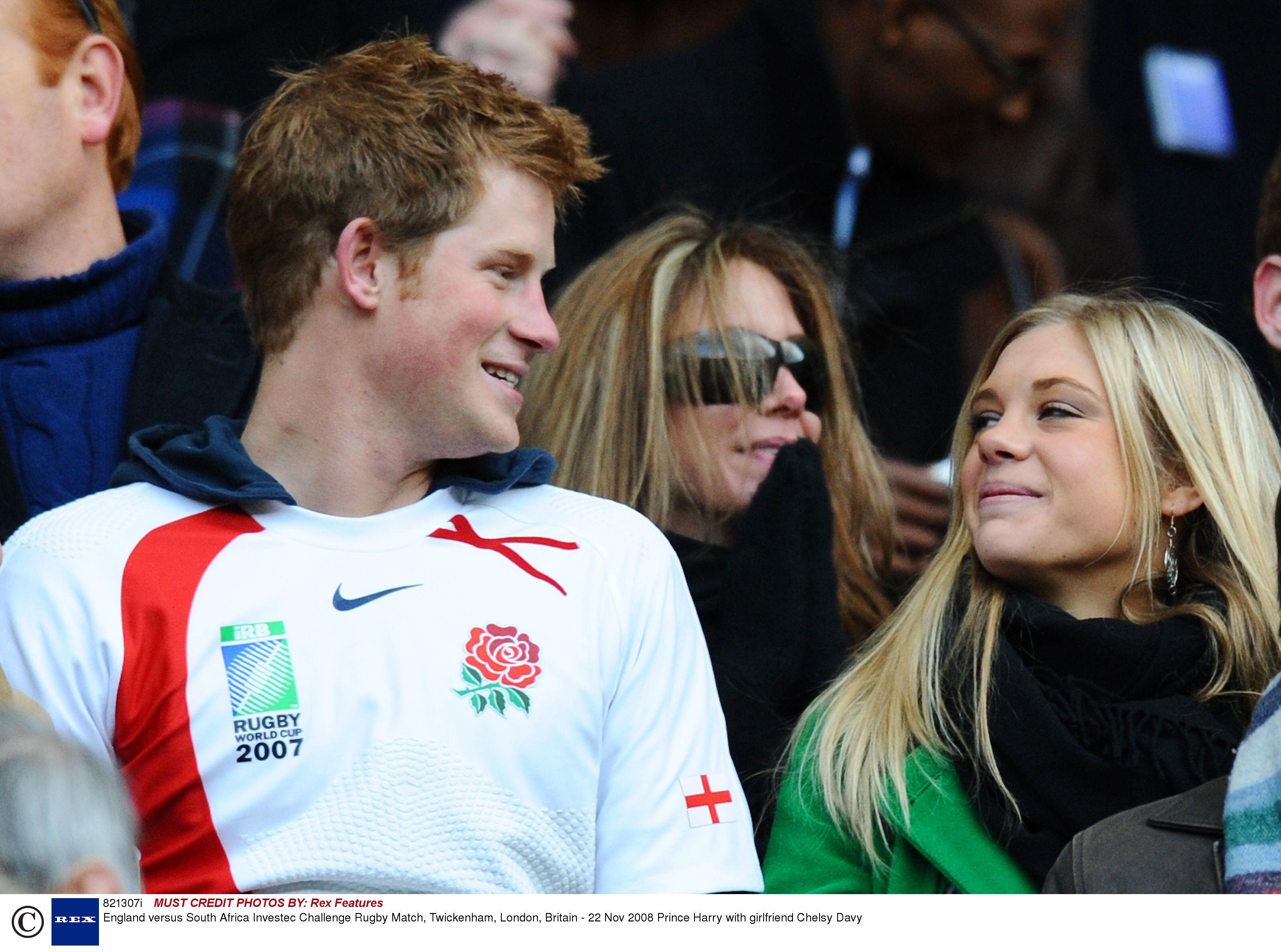 Książę Harry z Chelsy Davy na meczu rugby, 2008 r. (fot. Eastnews)
