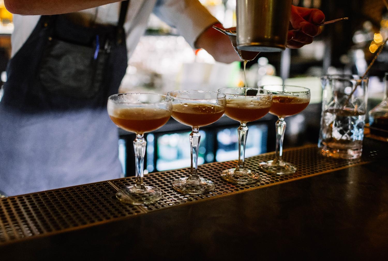 Zdarza się, że właściciele barów i pubów wykorzystują młodych ludzi i nie płacą im za próbne dni (fot. Shutterstock)