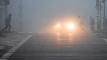 """Mgła zasnuje dużą część kraju. """"Jest coraz gęstsza. Jedźcie ostrożnie"""""""
