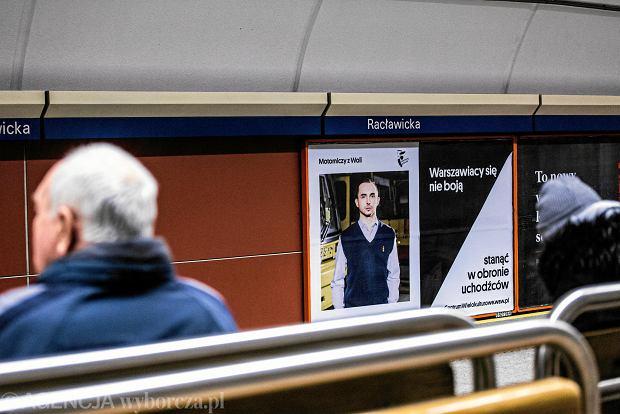16.02.2018 Warszawa , I linia metra . Kampania dotyczaca uchodzcow organizowana przez Centrum Wielokulturowe . Fot. Adam Stepien / Agencja Gazeta  SLOWA KLUCZOWE: centrum wielokulturowe kampania uchodzcy metro Billboard plakat /FR/