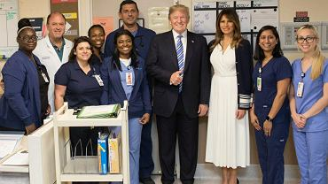"""Dziwne zachowanie Trumpa na spotkaniu z ofiarami tragedii. """"Za***iście duże kciuki"""""""