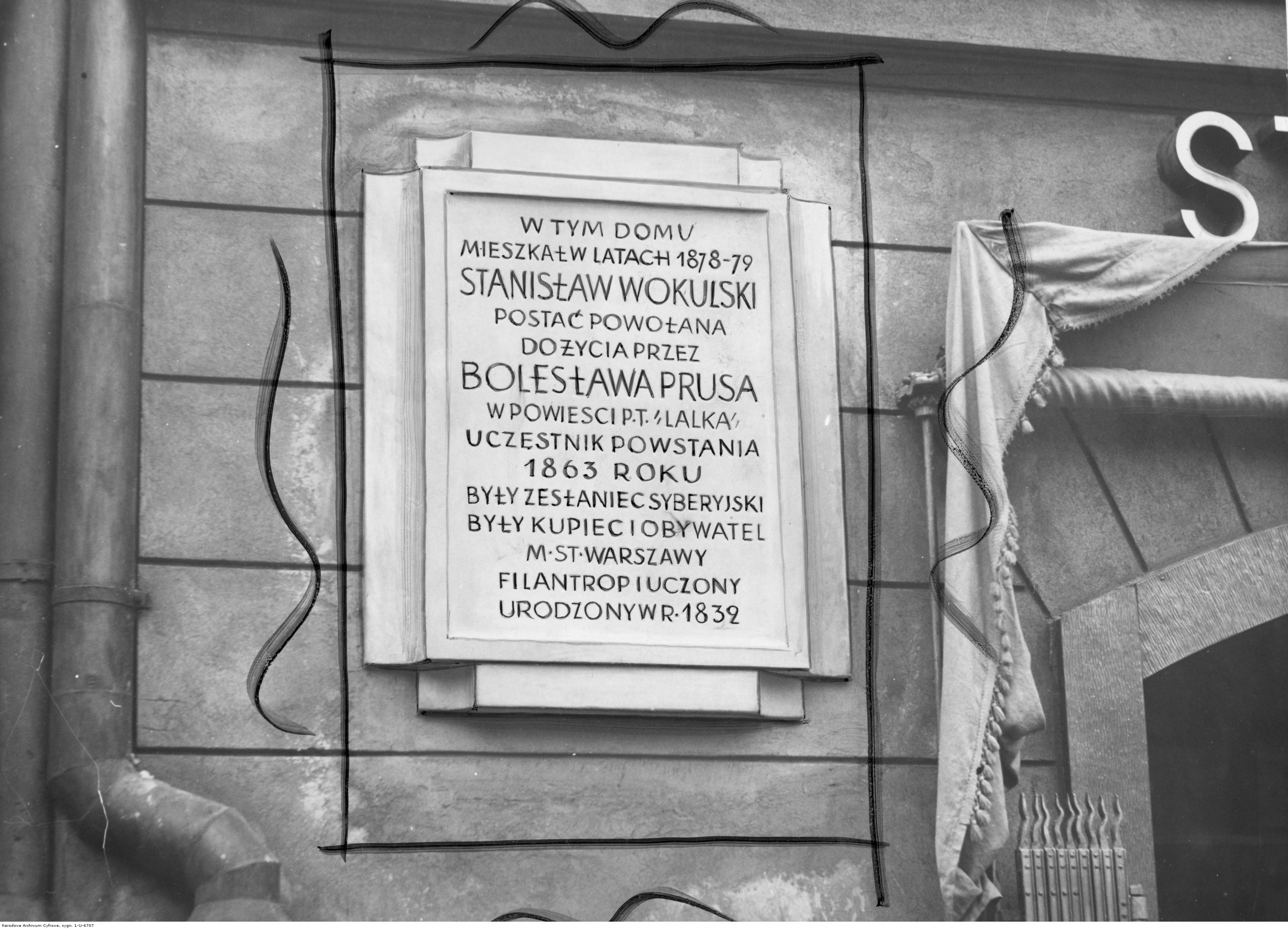 Warszawa. Ulica Krakowskie Przedmieście. Widoczna tablica ku czci Stanisława Wokulskiego, bohatera powieści 'Lalka' Bolesława Prusa (fot. Narodowe Archiwum Cyfrowe)