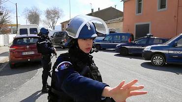 Bohaterski żandarm na ochotnika zamienił się z jednym z zakładników