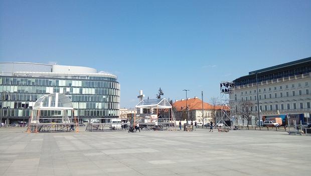 Plac Piłsudskiego - przygotowania do obchodów 8. rocznicy katastrofy smoleńskiej