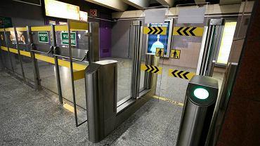 """Bramki w metrze odliczają czas do otwarcia. """"Z człowieka robi się konia"""""""