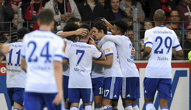 Schalke's players celebrate the opening goal during the German Bundesliga soccer match between SC Freiburg and FC Schalke 04 in Freiburg, Germany, Saturday, Nov. 4, 2017. (Patrick Seeger/dpa via AP)