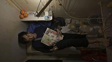 """Yeung żyje w """"trumnie"""", gdzie mieści się tylko łóżko. W jego mieście to normalne"""