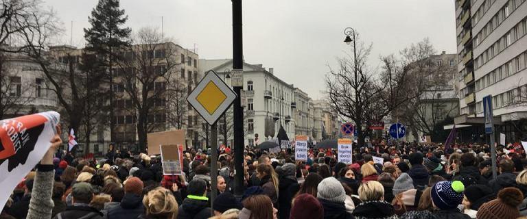 """Czarny Piątek. Idą pod siedzibę PiS. Policja wyciąga z tłumu protestujące kobiety. """"Prowokacja"""""""