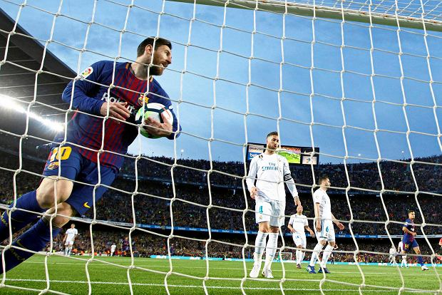 Barcelona's Lionel Messi collects the ball from the goal after Luis Suarez scored the opening goal during a Spanish La Liga soccer match between Barcelona and Real Madrid, dubbed 'el clasico', at the Camp Nou stadium in Barcelona, Spain, Sunday, May 6, 2018. (AP Photo/Manu Fernandez) SLOWA KLUCZOWE: XLALIGAX
