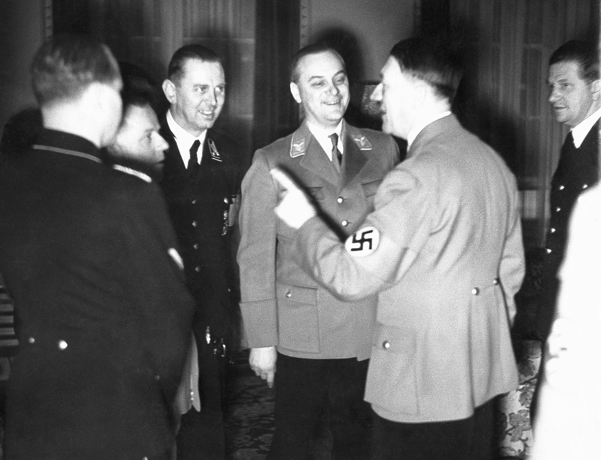 Rosenberg w dniu swoich czterdziestych pierwszych urodzin wita Hitlera we własnym domu w berlińskiej dzielnicy Dahlem (fot. SZ Photo / Scherl / The Image Works)