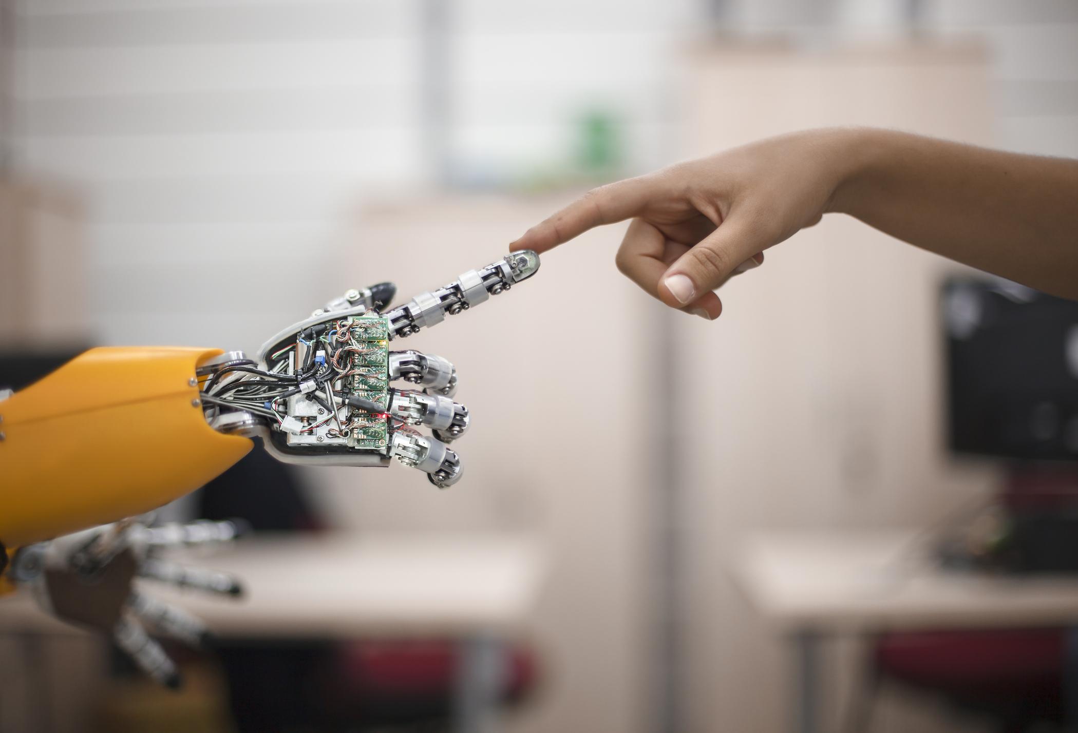 Roboty, szczególnie te humanoidalne, są wyzwaniem także dla naszej tożsamości (fot. muratsenel / iStockphoto.com)