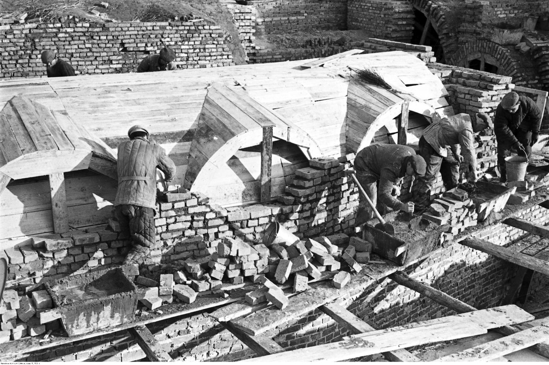 Robotnicy pracujący przy odbudowie Starego Miasta, 1952r. (Fot. Z. Siemaszko / NAC / sygn. 51-538-4)
