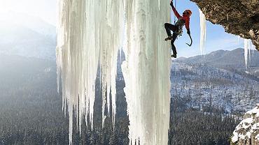 """Polak wspina się po ogromnej lodowej kurtynie. """"Pierwszy raz sopel był aż tak wylany"""""""