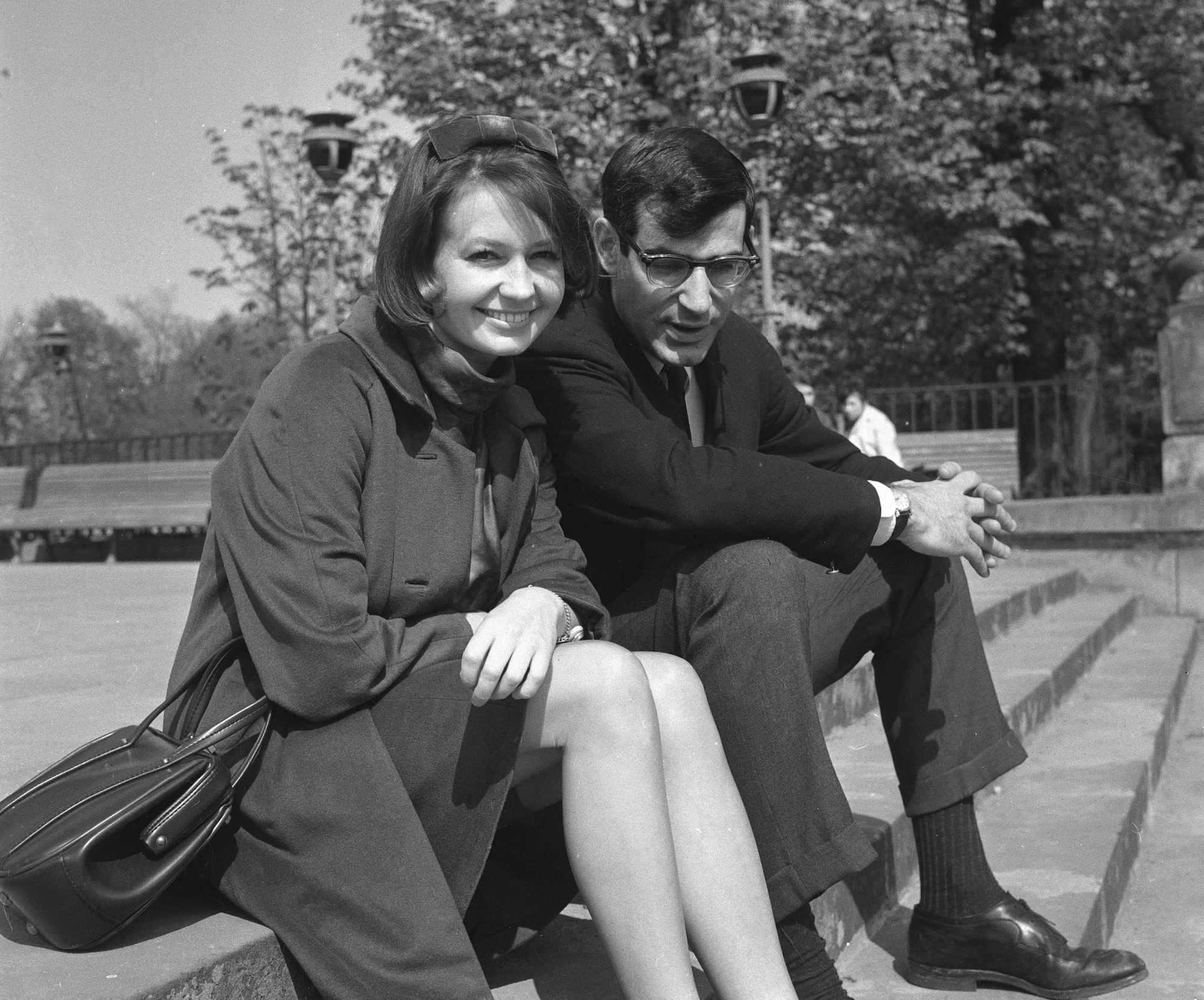 American journalist David Halberstam, right, and his fiancee, Polish actress Elzbieta Czyzewska, sit in Lazienki Park in Warsaw, Poland, on May 15, 1965.  (AP Photo)