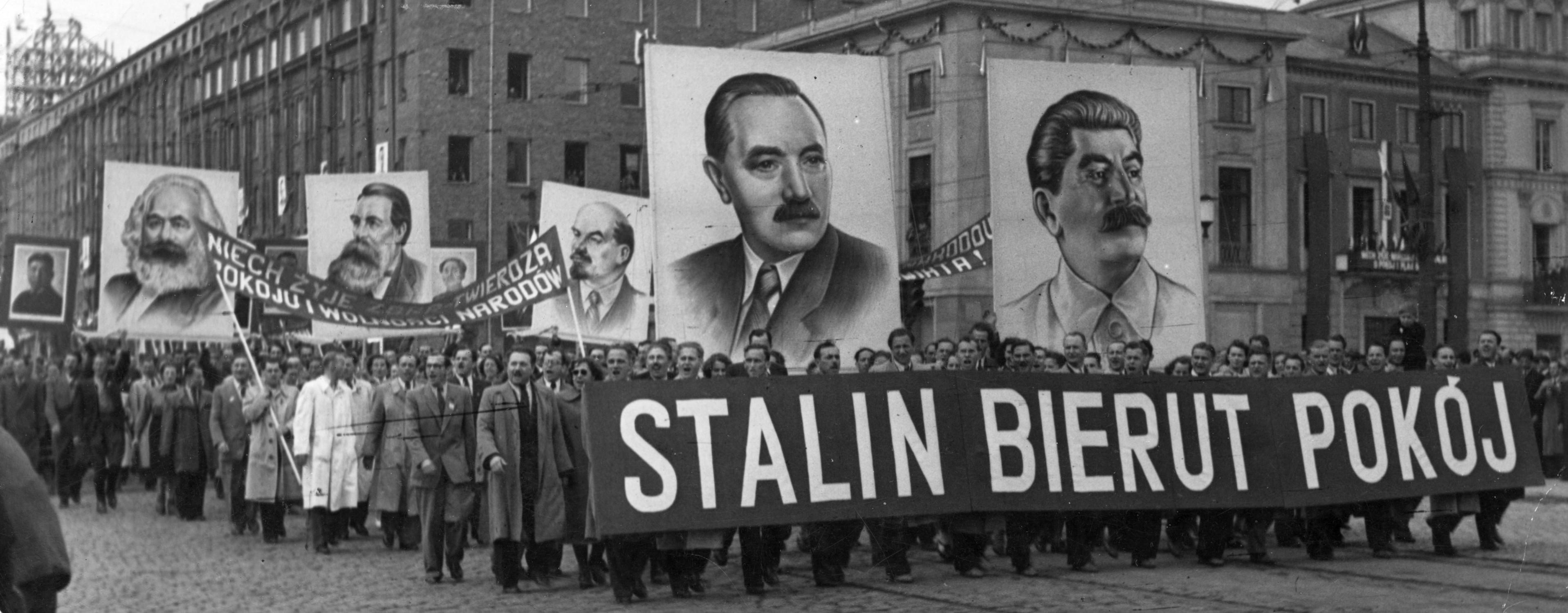 Pochód pierwszomajowy w Warszawie, 1951 r. (fot. Eastnews)