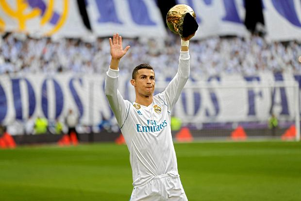 Real Madrid's Cristiano Ronaldo holds up one of his five Golden Ball trophy prior the Spanish La Liga soccer match between Real Madrid and Sevilla at the Santiago Bernabeu stadium in Madrid, Saturday, Dec. 9, 2017. (AP Photo/Francisco Seco) SLOWA KLUCZOWE: XLALIGAX
