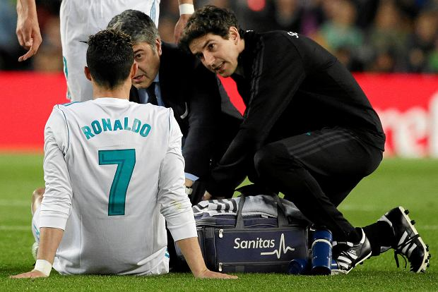 Real Madrid's Cristiano Ronaldo is treated for an injury after scoring his side's first goal during a Spanish La Liga soccer match between Barcelona and Real Madrid, dubbed 'El Clasico', at the Camp Nou stadium in Barcelona, Spain, Sunday, May 6, 2018. (AP Photo/Emilio Morenatti) SLOWA KLUCZOWE: XLALIGAX