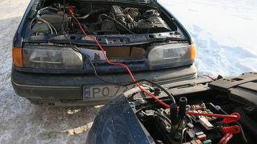 Padł ci akumulator? Podpowiadamy, jak uruchomić auto przy pomocy kabli
