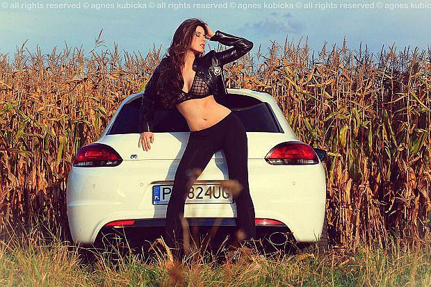 Dziewczyna i samochód -