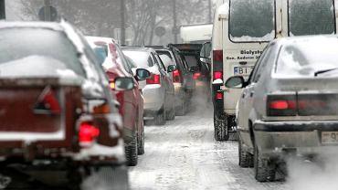 Śnieg zasypał linie na jezdni. Jak się zachować? O komentarz poprosiliśmy policję