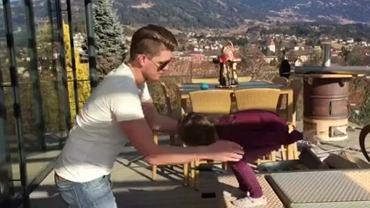 Skoczek trenuje swoją 4-letnią córkę. To wideo rozczuli naprawdę każdego
