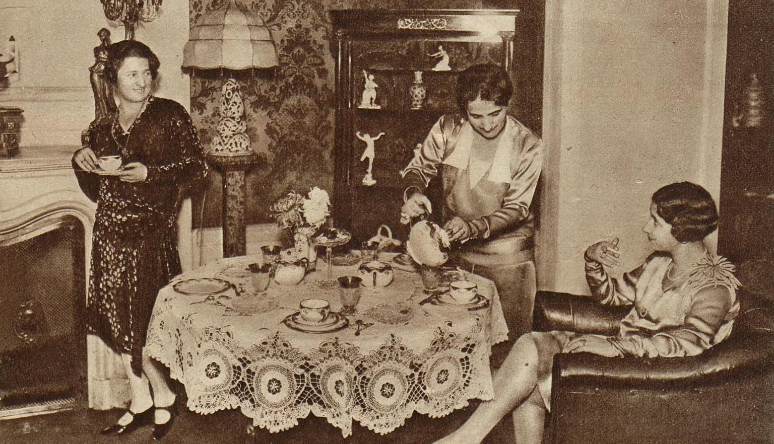 Popołudniowa herbatka, rok 1929. Na taką okazję stół musiał być zastawiony porcelaną i przykryty eleganckim obrusem (fot. materiały prasowe)