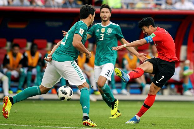 South Korea's Son Heung-min, right, kids the ball past Germany's Mats Hummels during the group F match between South Korea and Germany, at the 2018 soccer World Cup in the Kazan Arena in Kazan, Russia, Wednesday, June 27, 2018. (AP Photo/Thanassis Stavrakis) SLOWA KLUCZOWE: WC2018KOR;WC2018DEU