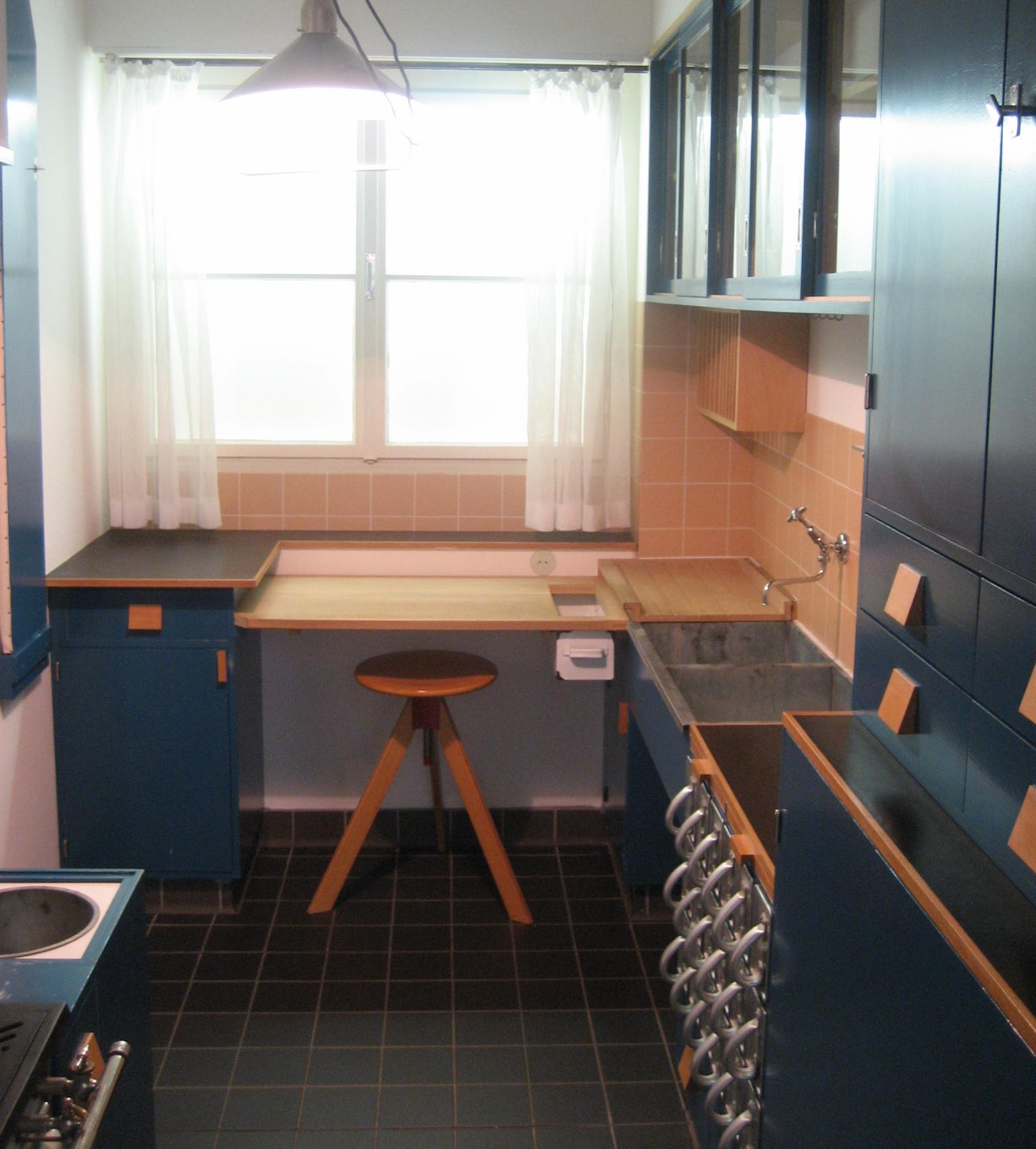 Kuchnia frankfurcka to najbardziej znany projekt Lihotzky. Na zdjęciu rekonstrukcja w Muzeum Sztuki Stosowanej w Wiedniu (fot. commons.wikimedia.org)