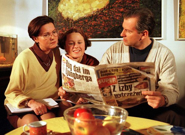 PHOTO PIOTR LISZKIEWICZ/SE/EAST NEWS WARSZAWA PLAN FILMOWY TELENOWELI KLAN NA ZDJECIU OD LEWEJ AGNIESZKA KOTULANKA KAJA PASCHALSKA TOMASZ STOCKINGER CZYTAJA SUPER EXPRESS  16/12/1999