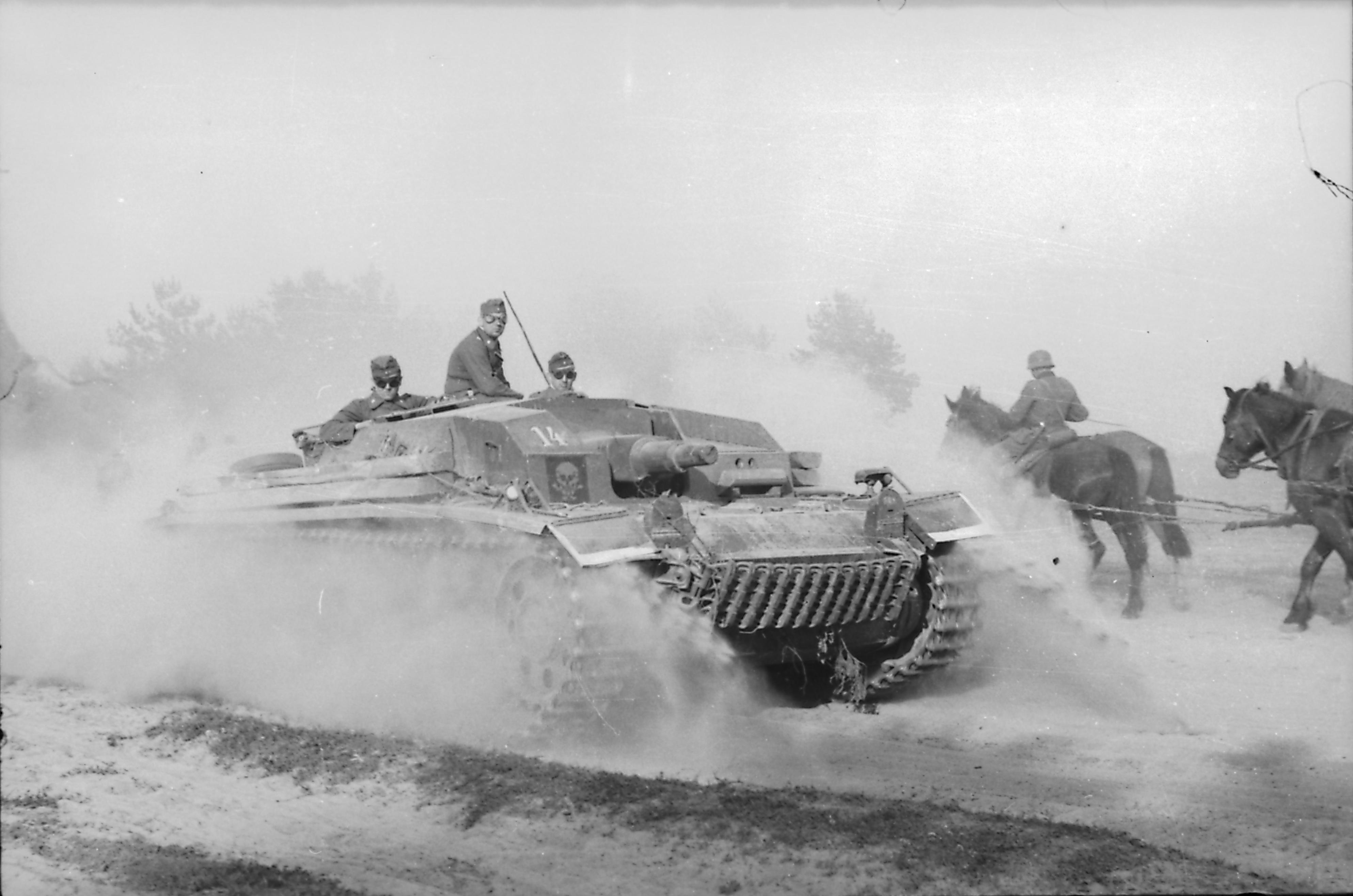 Samobieżne działo szturmowe Dywizji Waffen-SS 'Totenkopf' - Dywizji 'Trupiej Czaszki' - w początkowej fazie operacji 'Barbarossa' na terenie Związku Sowieckiego, lato 1941 roku (fot. Bundesarchiv, Bild 1011-136-0882-12 / Albert Cursian / CC-BY-SA 3.0)