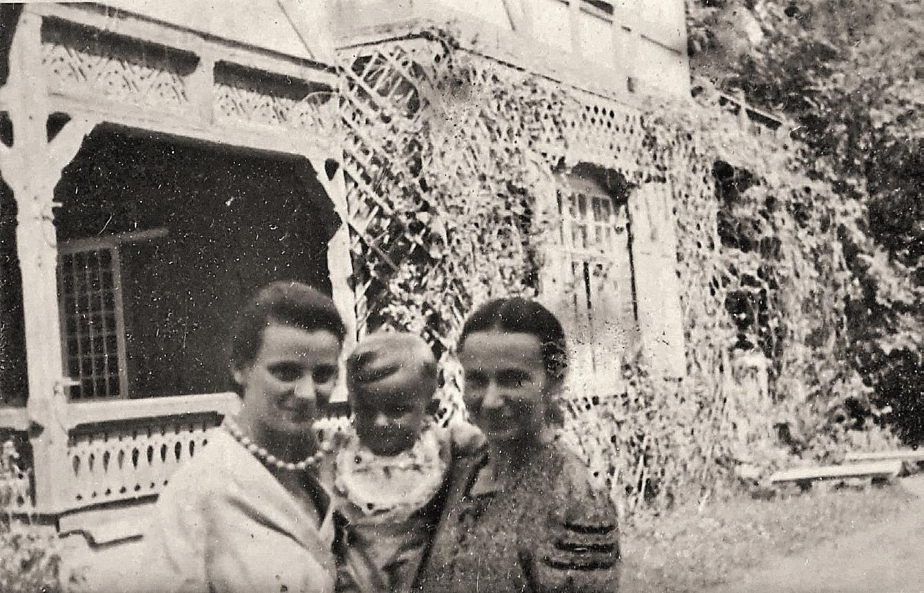 Willa Amelin w Jeziornie koło Warszawy. Od lewej 'Paulinka' z synkiem Tomkiem i swoją matką (fot. materiały prasowe)