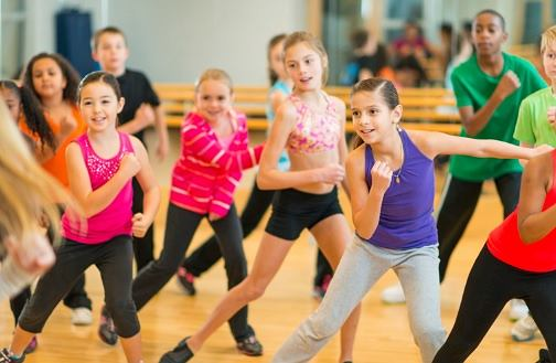 Taniec zumba dla dzieci to doskonały sposób na zachęcenie najmłodszych do aktywności fizycznej.