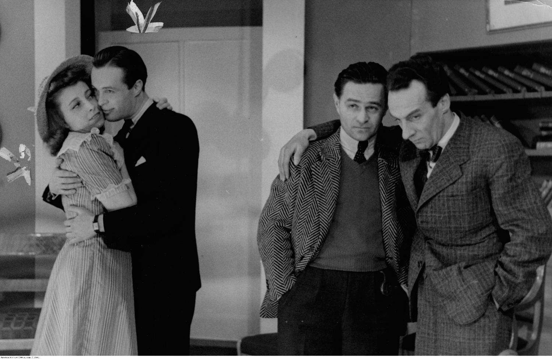 Dymsza nie zastosował się do zakazu ZASP z 1940 r., dotyczącego występów w 'gadzinowych' teatrach, bo bał się o swoją rodzinę. Na zdjęciu podczas występu w Teatrze Komedia (drugi z prawej) (fot. J. Łuczyński / NAC / sygn. 2-10441)