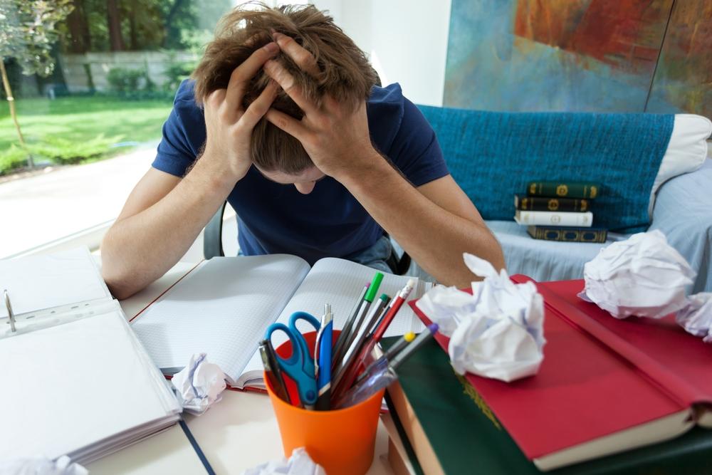 Nauki jest tyle, że brak czasu nawet na spotkania z rówieśnikami (fot. Shutterstock.com)