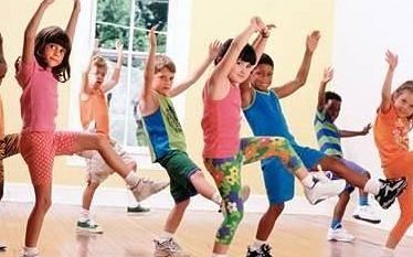 Taniec zumba dla dzieci doskonale rozwija psychomotorykę.