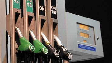 80 zł za każde 1000 litrów. Rząd poparł nową opłatę w cenie paliw