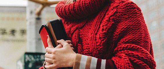 Ciepłe swetry na co dzień. Idealne kolory na zimę
