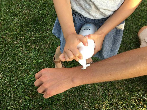 Emulsji używaliśmy w ciągu dnia, jeśli tylko czuliśmy, że skóra potrzebuje nawilżenia - zwłaszcza po kąpieli w morzu. Wystarczy cienka warstwa, aby poczuć ulgę. Dzieci chętnie pomagały w aplikacji produktu.