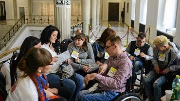 Chcieli wejść do Sejmu i pomóc niepełnosprawnym. Krótka odpowiedź Kancelarii