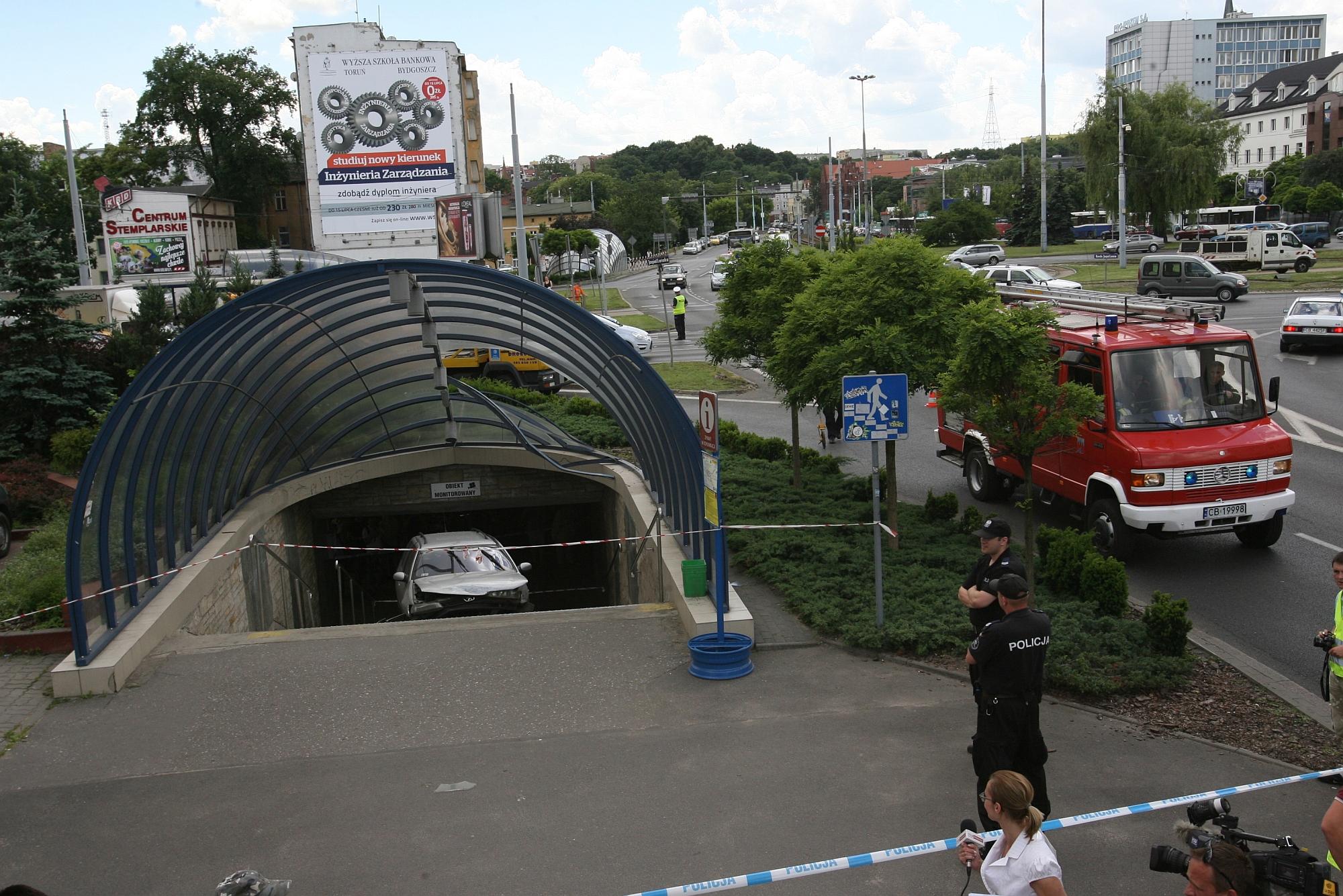 Bydgoszcz. Auto wpadło na schody w przejściu podziemnym pod rondem (fot. Arkadiusz Wojtasiewicz / Agencja Gazeta)