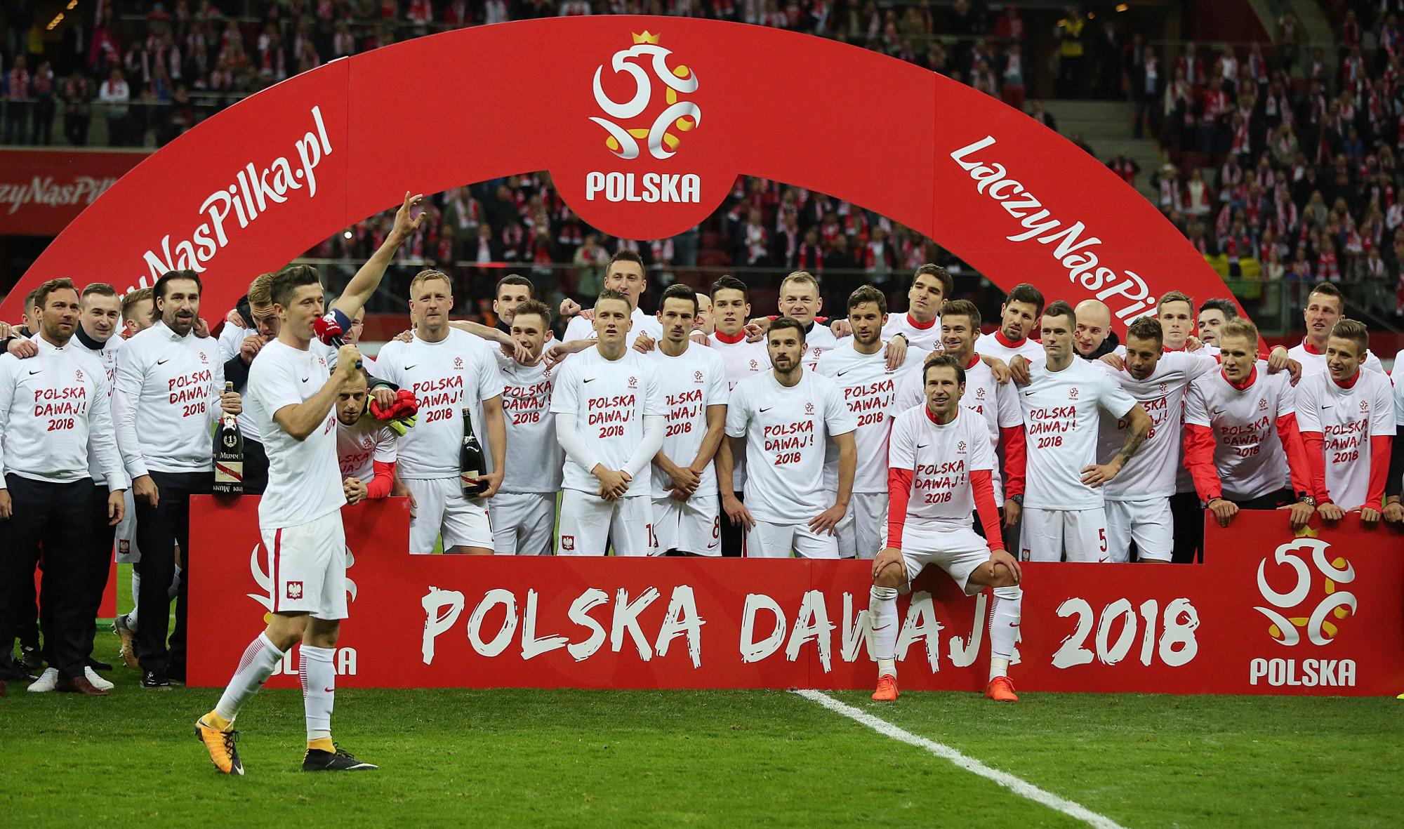 Reprezentacja Polski w piłce nożnej świętuje po wygranym meczu z Czarnogórą rozegranym w ramach eliminacji do mundialu w Rosji (fot. AP Photo / Czarek Sokołowski)