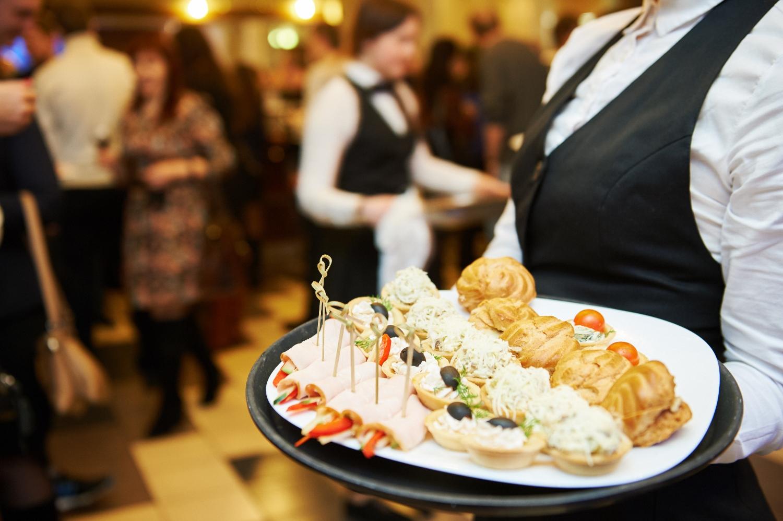 Prawdziwą zmorą obsługi pracującej na imprezach okolicznościowych są pijani goście, którzy nie potrafią trzymać rąk przy sobie (fot. Shutterstock)