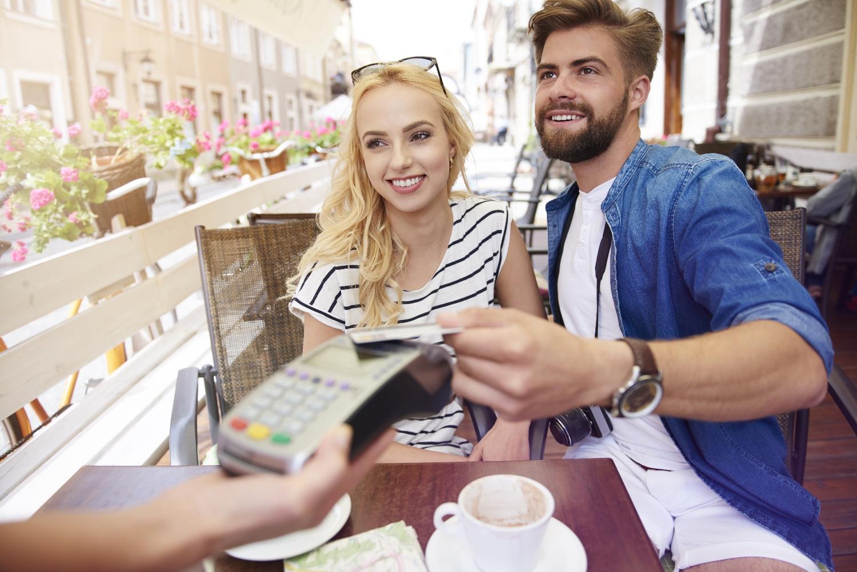 W Koncie Proste Zasady Getin Banku wystarczy jedna transakcja kartą lub Blikiem w miesiącu na dowolną kwotę, by wydanie i obsługa karty debetowej były bezpłatne (fot. Shutterstock.com)