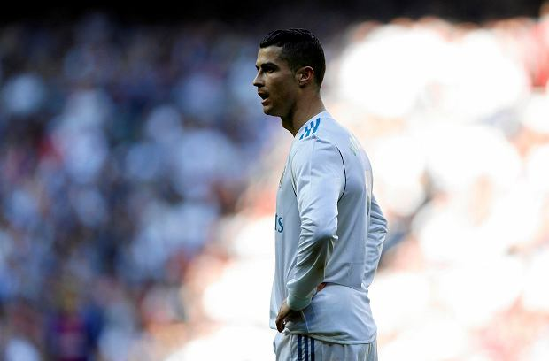 Real Madrid's Cristiano Ronaldo looks on during the Spanish La Liga soccer match between Real Madrid and Barcelona at the Santiago Bernabeu stadium in Madrid, Spain, Saturday, Dec. 23, 2017. (AP Photo/Francisco Seco) SLOWA KLUCZOWE: XLALIGAX