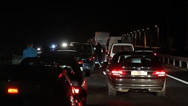 Sznur samochodów jadących pod prąd na autostradzie A4. Miał ponad dwa kilometry