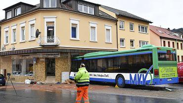 Szkolny autobus nagle zjechał z drogi i wbił się w budynek. Dzieci są w stanie krytycznym
