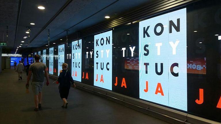 """W metrze pojawiły się ogromne napisy """"konstytucja"""". """"Zhakowaliśmy metro"""""""